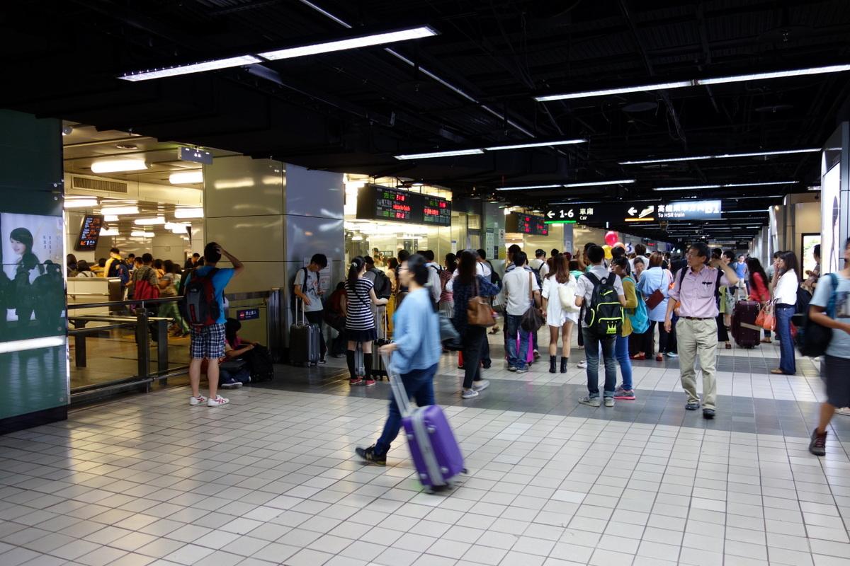 台北駅内、里帰りの人たちで賑わってます、ちょっと新宿駅っぽい